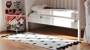 Tapis noir et blanc : tête de chat et pompons