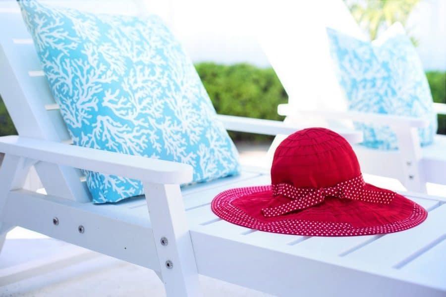 Sortie de l'hivernage de la piscine en mars chaise longue