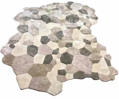 Ce beau tapis aux contours asymétriques et au toucher soyeux donnera du moelleux à votre chambre. Tapis Fracture en 100 % soie, sur-mesure, à partir de 1 700 €. Maison S, Sibylle de Tavernost x Studio Constellation
