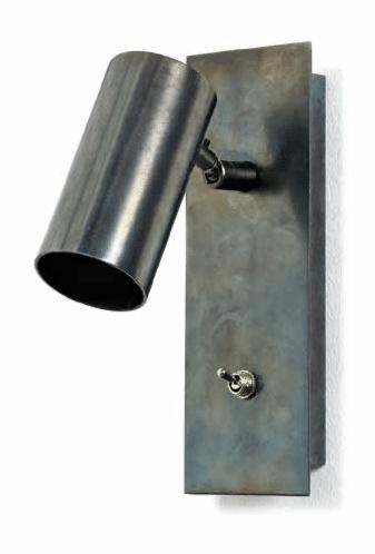 Style industriel L'applique Sofisticato de Koen Van Guijze, en acier bleu, apportera un petit côté brut à votre chambre. H. 27 x L. 14 cm, 209 €. Serax