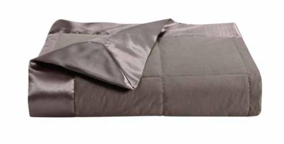 Bi-matière En plus de jouer sur les couleurs, vous pouvez aussi associer 2 matières comme ici ce jeté de lit Cocoon 100 % coton avec bordure satin de polyester, garnissage naturel plumes,160 x 200 cm, à partir de 140 €. Anne de Solène.