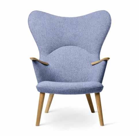 Confortable Fauteuil lounge CH78, surnommé Mama Bear, dessiné par Hans J. Wegner, Carl Hansen & Søn. Disponible dans une large gamme de textiles et de cuirs. Dim. : H. 106 x P. 80 x L. 84 cm. Assise 40 cm. A partir de 2 636 €.