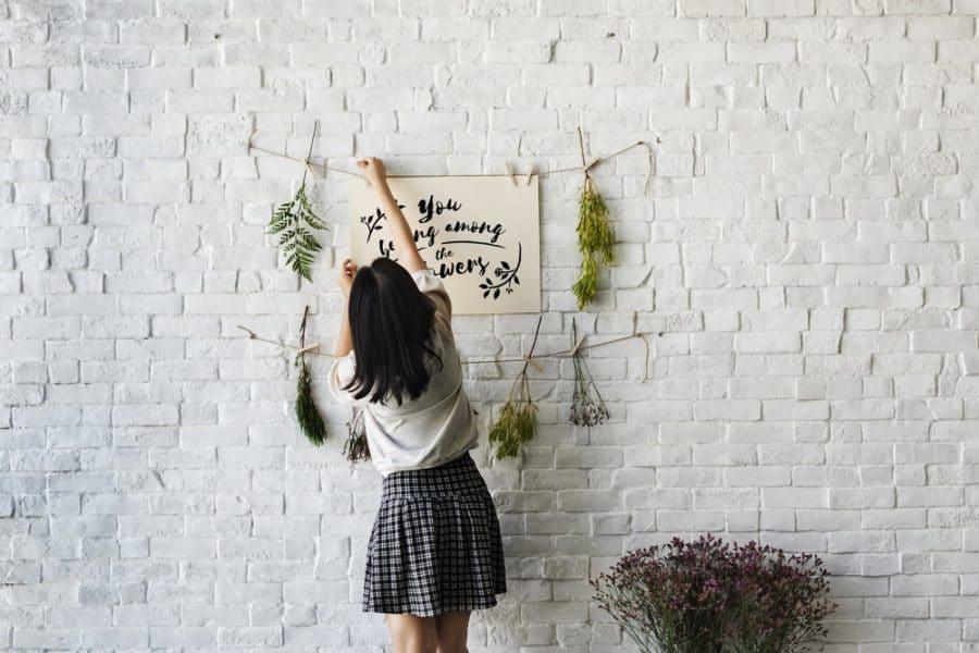 fixer des fleurs au mur