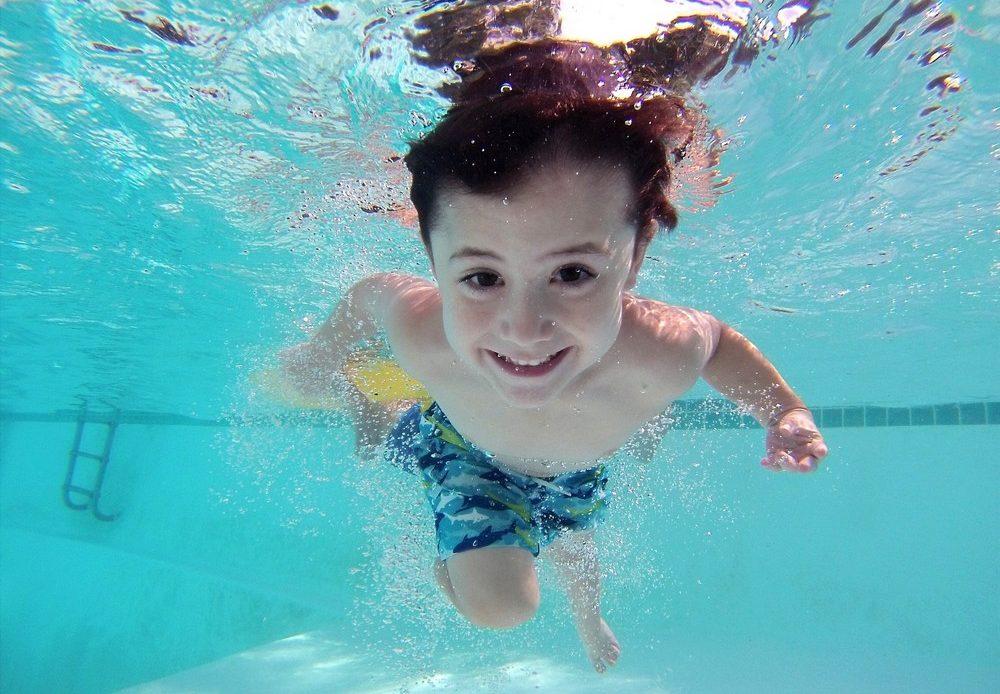 sortie piscine de hivernage mars enfant nage