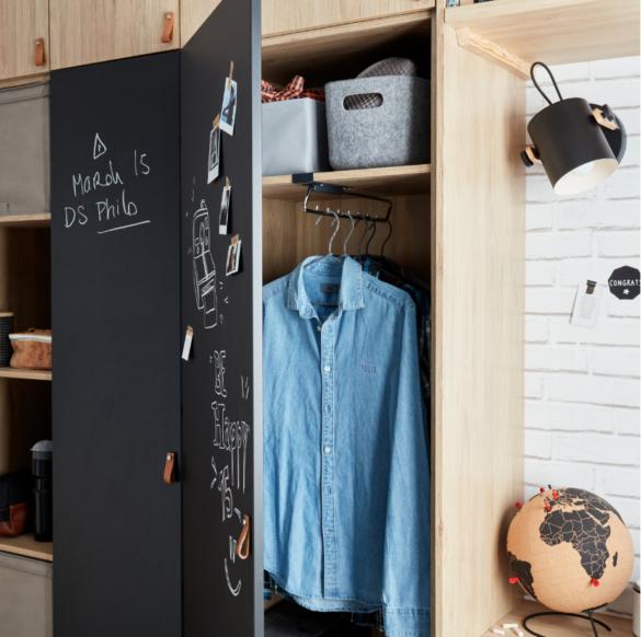 L'armoire offre un beau volume intérieur, avec une partie équipée d'étagères et une partie penderie