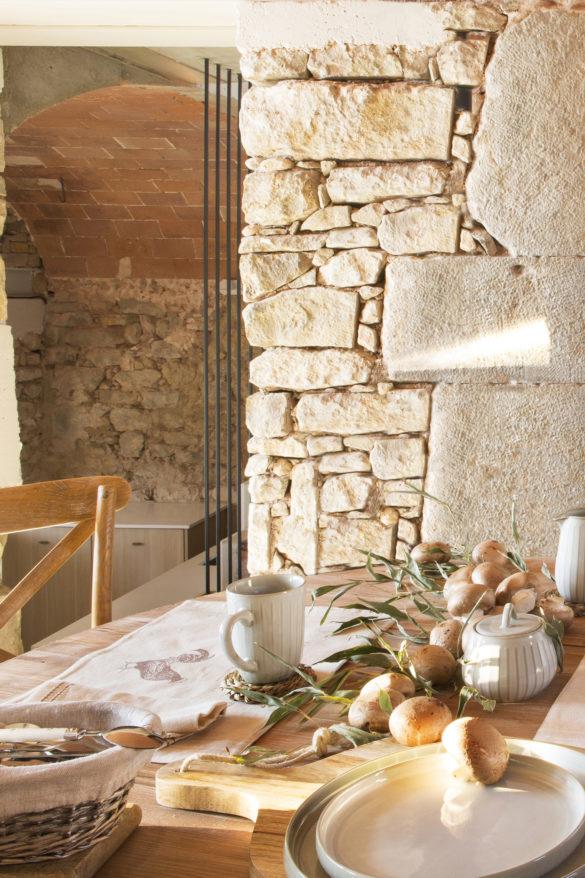 Tasse à thé 320ml (6,99€), chaise en bois 45x40x90cm (114,99€), planche en bois 47x28x3cm (16,99€), sucrier 236 ml (4,99€)